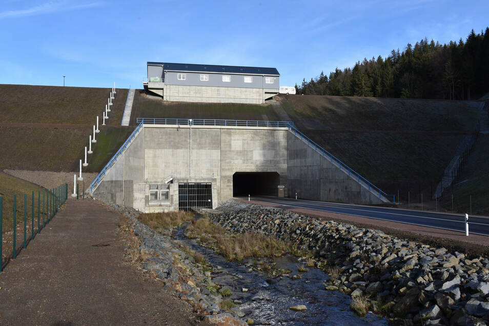 Wegen diesem kleinen Bach wurde der große Damm gebaut. Wer in der jetzigen Zeit den Pöbelbach sieht, kann sich gar nicht vorstellen, welche Gewalt er entfesseln kann.