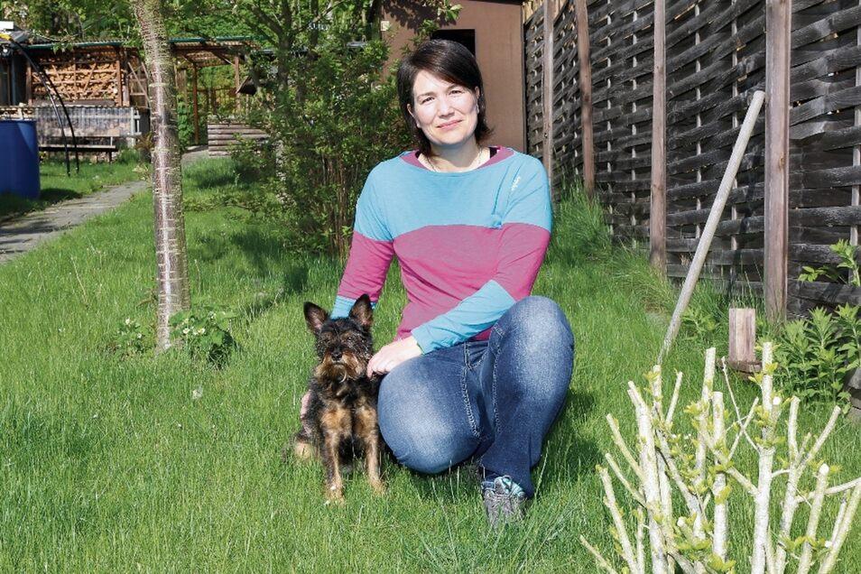 Hundedame Emma ist immer an der Seite von Kathleen Bölke. Die dreifache Mutter will sich im künftigen Stadtrat vor allem für Kinder, Familien und Alleinerziehende engagieren.