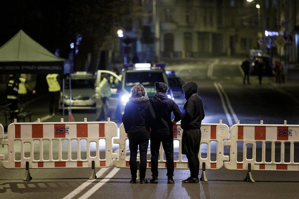 Nichts ging mehr. Polen hatte im Frühjahr die Grenze geschlossen. Auf der Görlitzer Stadtbrücke standen Warnzäune Passanten im Weg. Polen versuchte mit der Maßnahme, das Virus an der Grenze aufzuhalten.