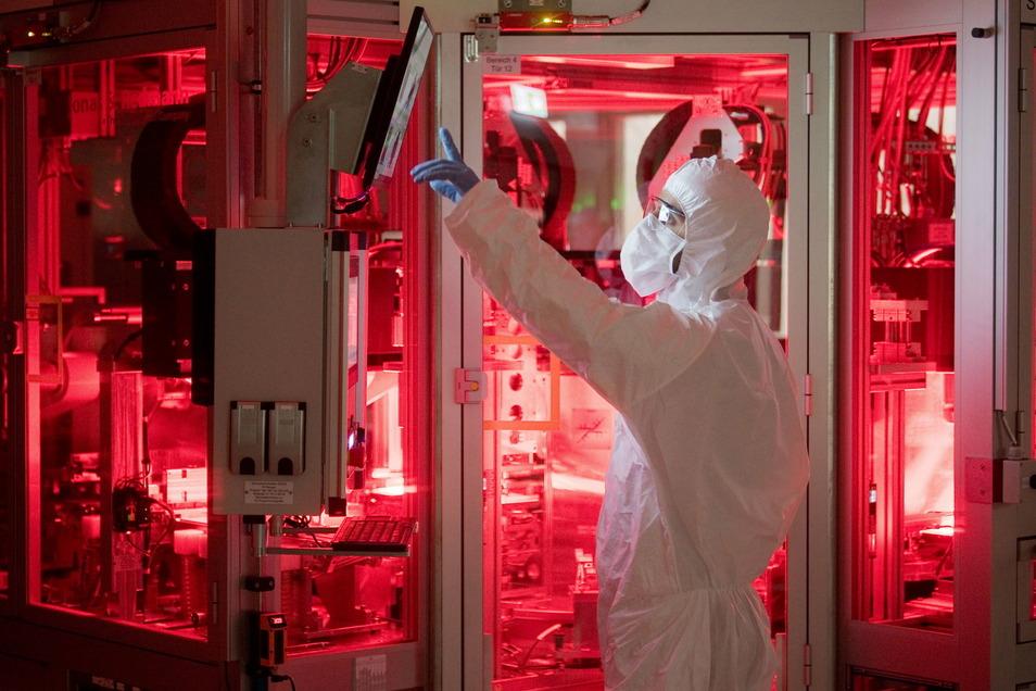 Ein Mitarbeiter von Volkswagen steht in einem Reinraum zur Produktion von Batteriezellen.
