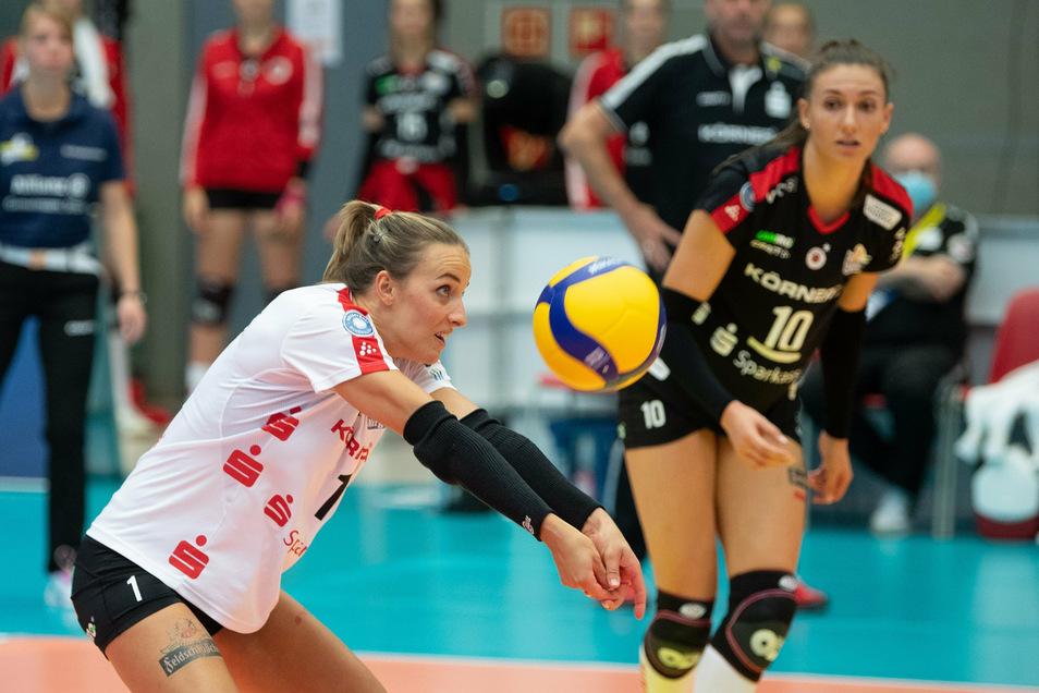 Lenka Dürr (links) und Lena Stigrot vom DSC spielen künftig Volleyball vor weniger Publikum.