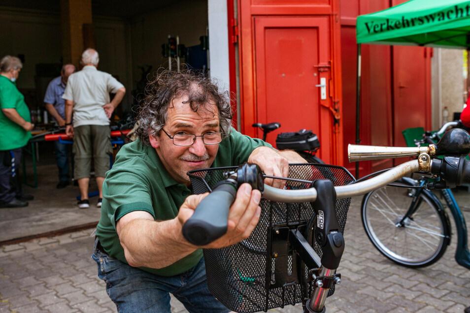 Klaus Waury von der Verkehrswacht sieht schnell, wo es an einem Rad Nachholbedarf bei der Wartung gibt und hilft bei Kleinigkeiten aus.