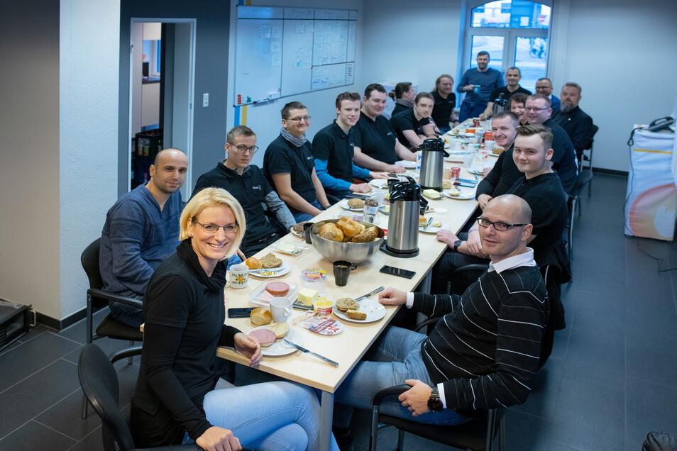 Schon seit Jahren spendiert die Unternehmerin (vorn) ihrem überwiegend männlichen Team das Frühstück – jeden Tag.