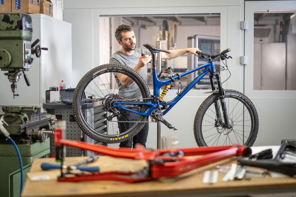Den Rahmen für sein Mountainbike Actofive P-Train CNC fräst Simon Metzner aus Aluminium, wie es im Flugzeugbau verwendet wird. Die dafür benötigte Maschine hat er einst selbst mit entwickelt.