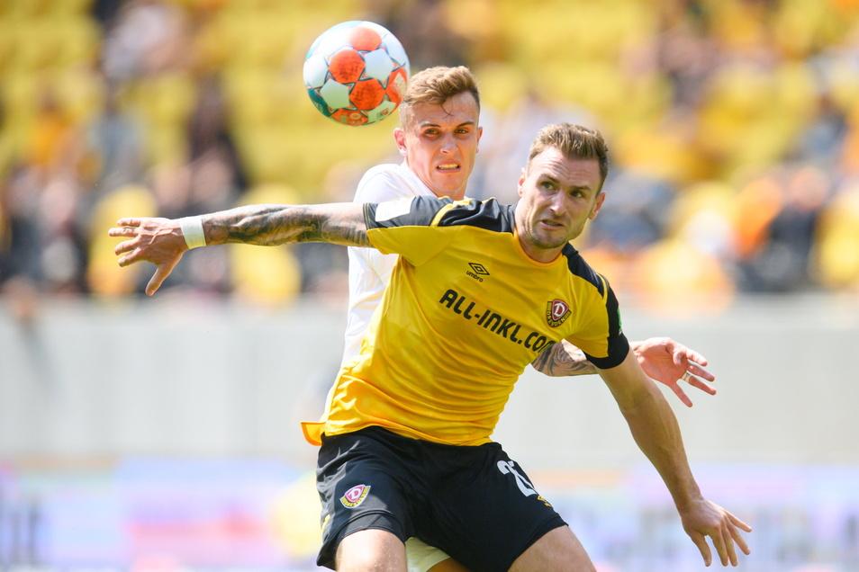 Von Anfang an zweikampfstark und abgeklärt: Dynamos Neuzugang Michael Sollbauer (r.) setzt sich hier im ersten Saisonspiel gegen Dennis Eckert vom FC Ingolstadt durch. Die Dresdner gewannen mit 3:0.