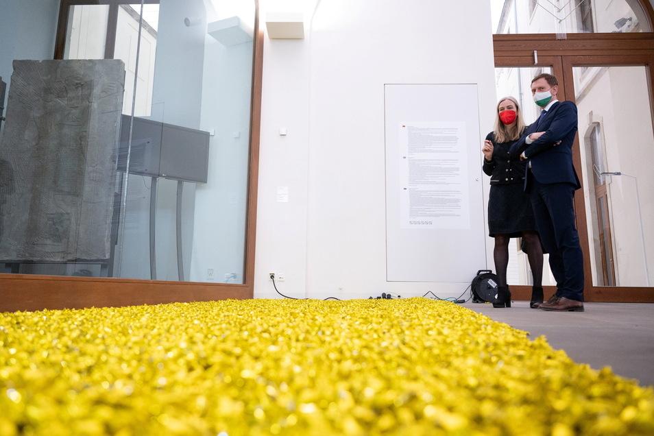 Sachsens MP Michael Kretschmer und Marion Ackermann, Generaldirektorin der Staatlichen Kunstsammlungen Dresden, stehen am Mittwoch im Albertinum