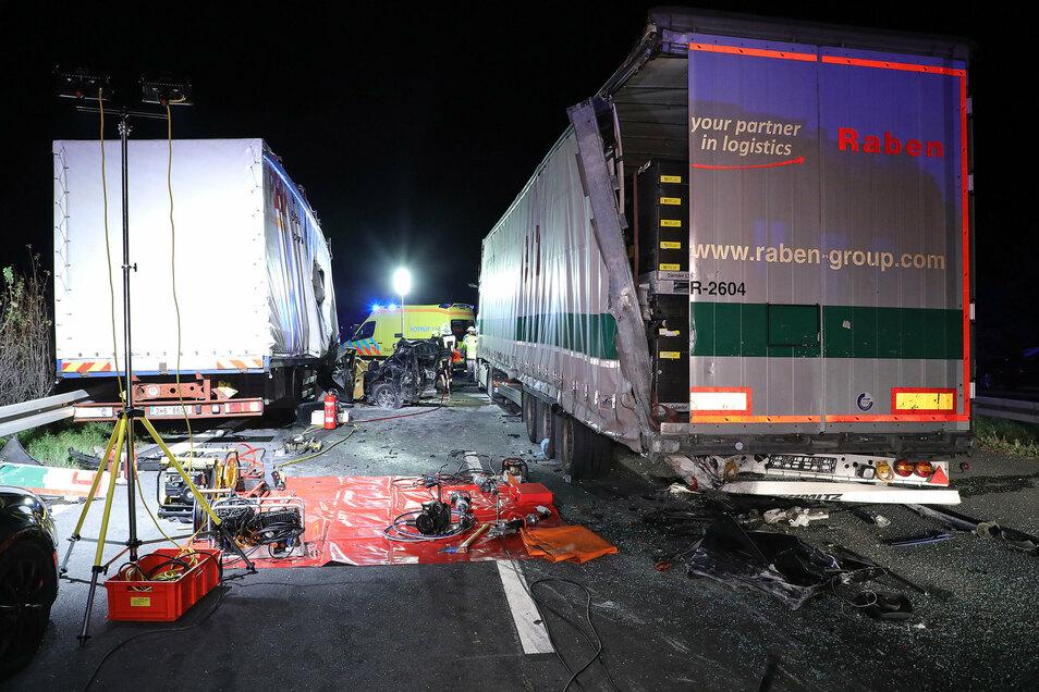 Der Iveco-Laster war auf das Ende eines Staus aufgefahren und hatte dabei den Volvo unter einen Sattelzug geschoben.