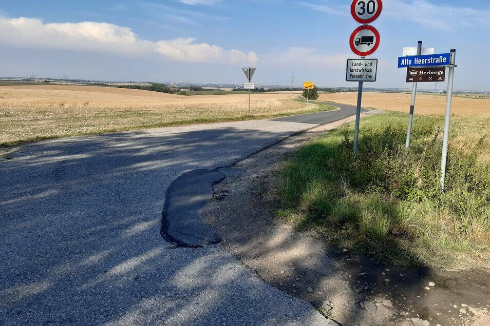 Die Alte Heerstraße zwischen Glaucha und Lüttewitz wird einer Oberflächenbehandlung unterzogen.