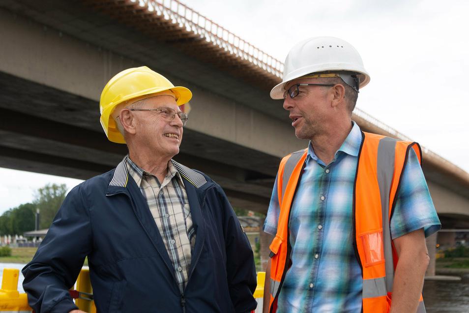 Ein Gespräch unter Fachleuten. Witlof Riedrich (l.) führte als Oberbauleiter die Arbeiten an der 1971 fertiggestellten Carolabrücke. Thomas Börner vom Straßenbauamt ist Projektleiter bei der jetzigen Sanierung.