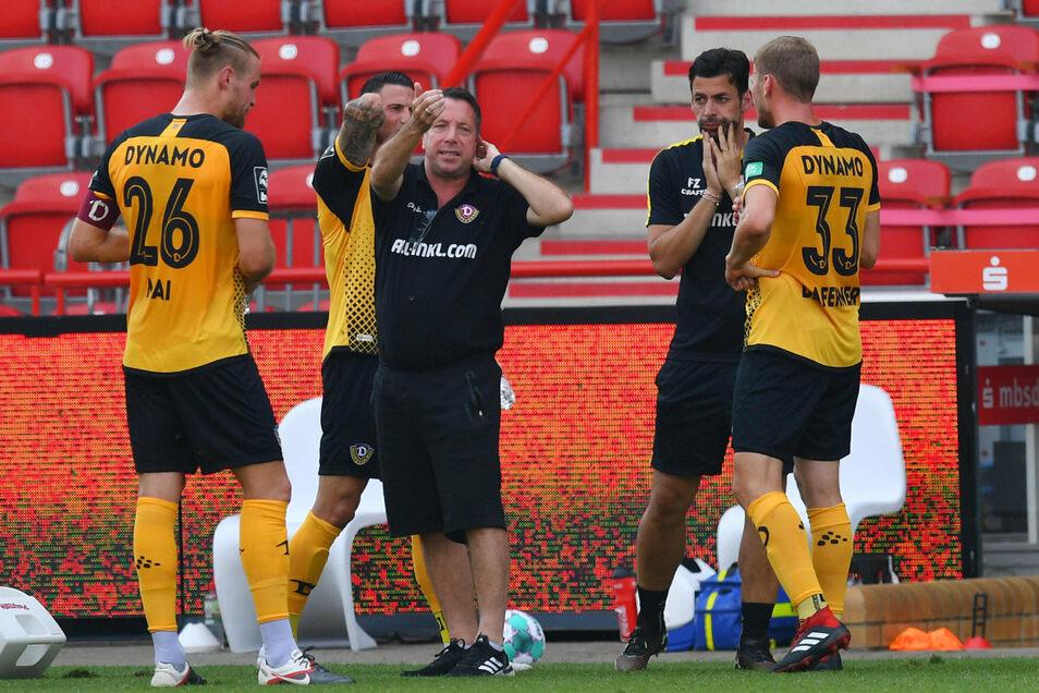 In der Trinkpause gibt Dynamos Cheftrainer Markus Kauczinski noch mal Anweisungen.