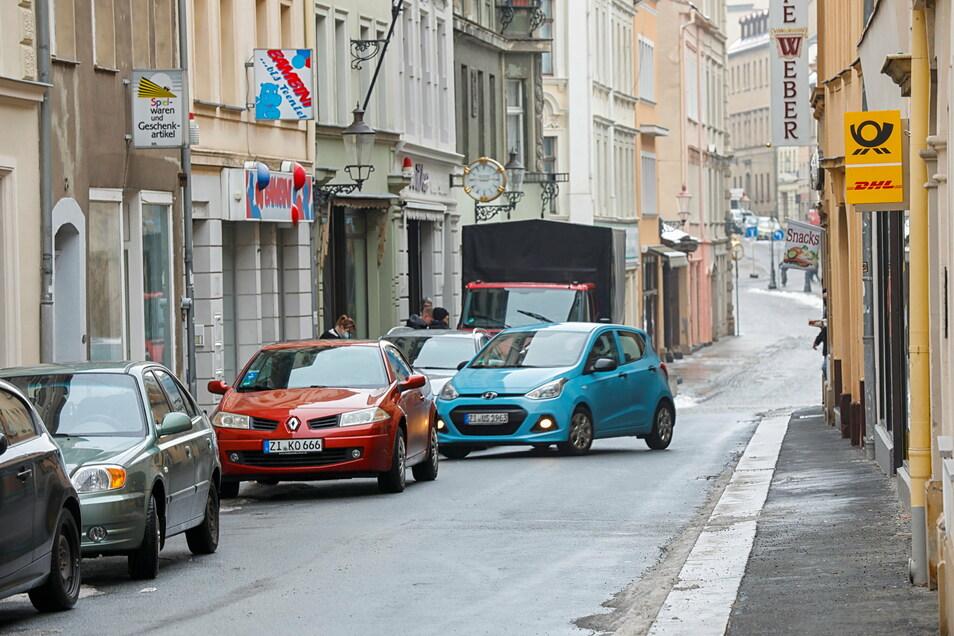 Viele Fahrzeuge parken vorschriftswidrig auf der Reichenberger Straße.