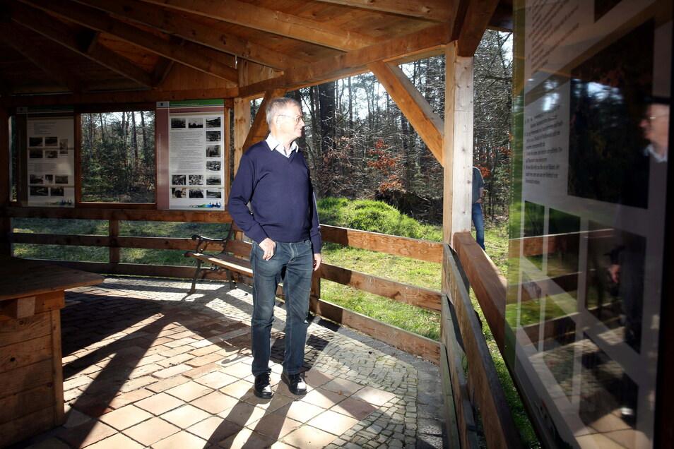 Am Pavillon am Eingang zum ehemaligen Neuen Lager in Königsbrück wurden die Ausstellungstafeln angebracht. Zu den ersten Betrachtern gehörte Siegfried Großmann.