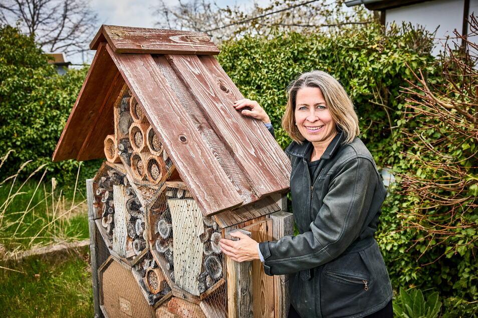 Claudia Schotte steht vor dem Bienenhotel, das extra in der Sparte Kleingartenverein Cotta Am Spitzberg für die Insekten angelegt wurde.