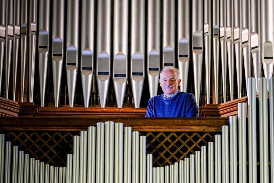 Gottfried Trepte steht an seinem Instrument. Die Pfeifen der Orgel der Lutherkirche bringt der Kantor und Kirchenmusikdirektor bei Gottesdiensten sowie bei Konzerten als Solist oder mit seinen Chören zum Klingen.