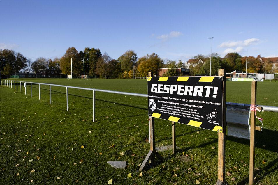 Wegen Corona gesperrt! Auch das Bild geschlossener Sportplätze wird jetzt wieder öfter zu sehen sein.