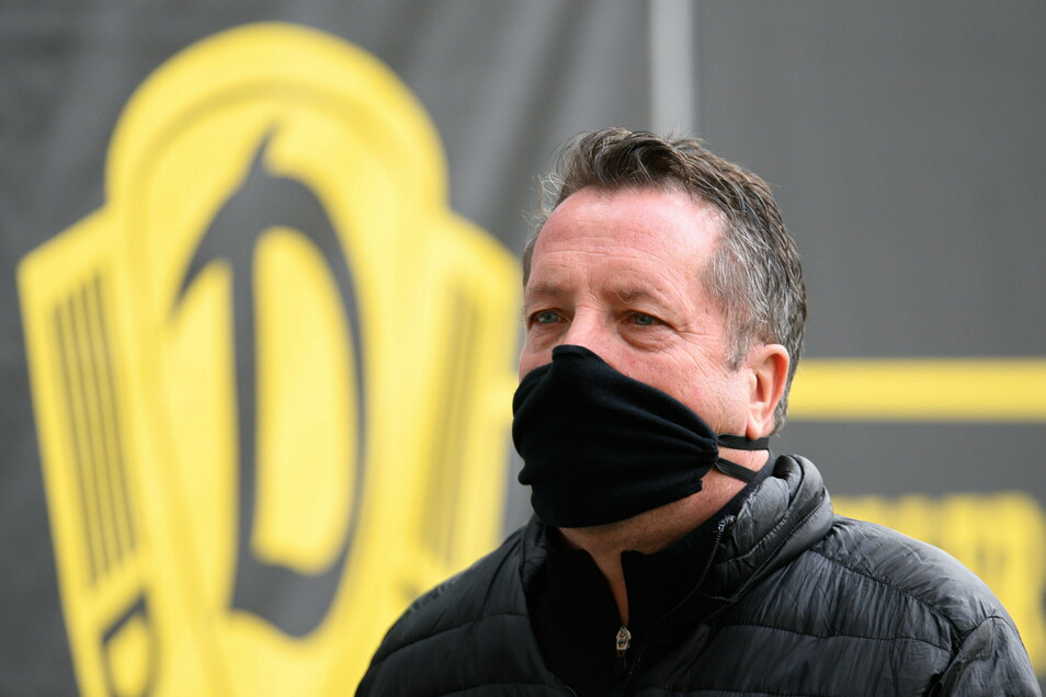 Maske auf - das gilt auch für Dynamo-Trainer Markus Kauczinski. Trotzdem spielt die Corona-Gefahr weiter mit.