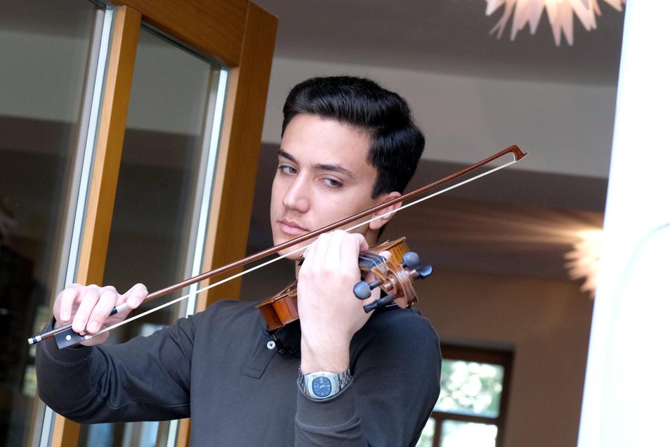 Der junge, begabte Geiger Pooya Sangtarash spielt am 24. April in Meißen aus dem Fenster der Annelie-Marie-Stiftung.