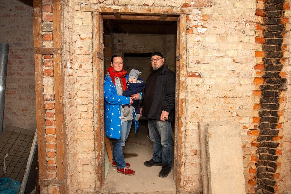 Annegret Keller und Theo Theodor mit ihrem Sohn Franz am Haus Braustraße 10c: Wir sind sehr dankbar für die Hilfe.