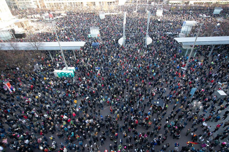 """In Leipzig nahmen am 7. November Zehntausende an einer """"Querdenken""""-Demonstration teil."""