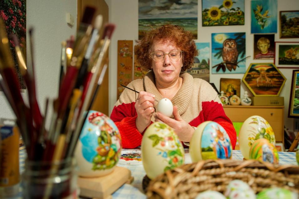 Porzellanmalerin Anett Grunwald arbeitet an Osterschmuck. Sie gestaltet Eier verschiedenster Größe.