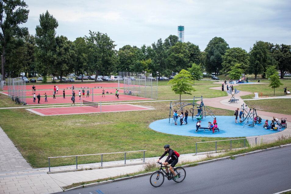 Egal, ob Volleyball, Fußball oder Tennis: Der Außenbereich des Ostra-Sportparks am Elberadweg hat für jeden etwas zu bieten. Dank der Nähe zum Elberadweg ist die Anlage perfekt zu erreichen.