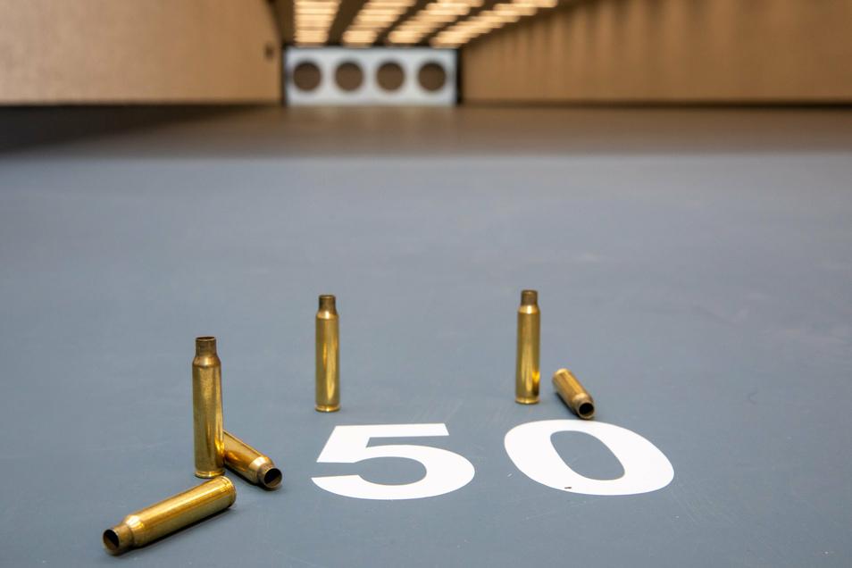 Unter dem Landhotel ist eine hochmoderne, 50 Meter lange Schießanlage entstanden. Im Vordergrund die Hülsen, die von einem Probeschießen mit einem Sturmgewehr übrig geblieben sind.