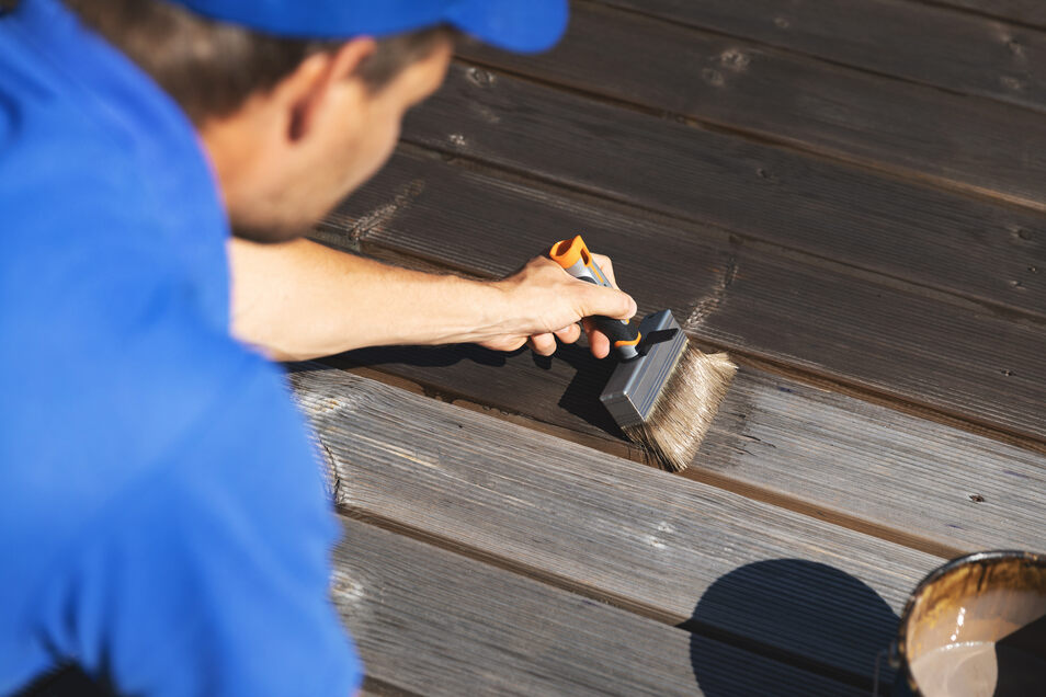 In manchen Produkten sind Grundierung und Farbe gemeinsam enthalten. So spart man sich einen Arbeitsgang.