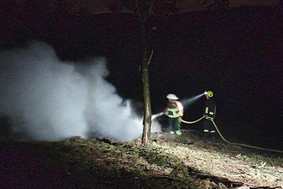 Weil der Waldbesitzer ein Feuer entzündete, die Feuerwache nicht beendete und auch nicht auffindbar war, musste die Glashütter Wehr am 23. Dezember die Flammen löschen.