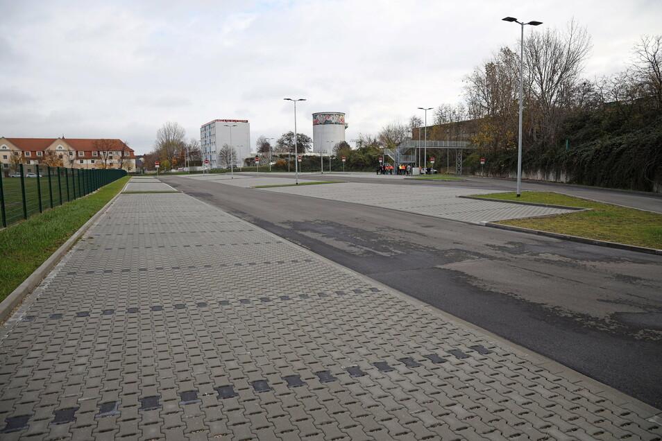 Viel Platz zum Parken: der 2020 eröffnete Mitarbeiterparkplatz von Feralpi. Er liegt zwischen der Paul-Greifzu-Straße und der Uttmannstraße (im Hintergrund).