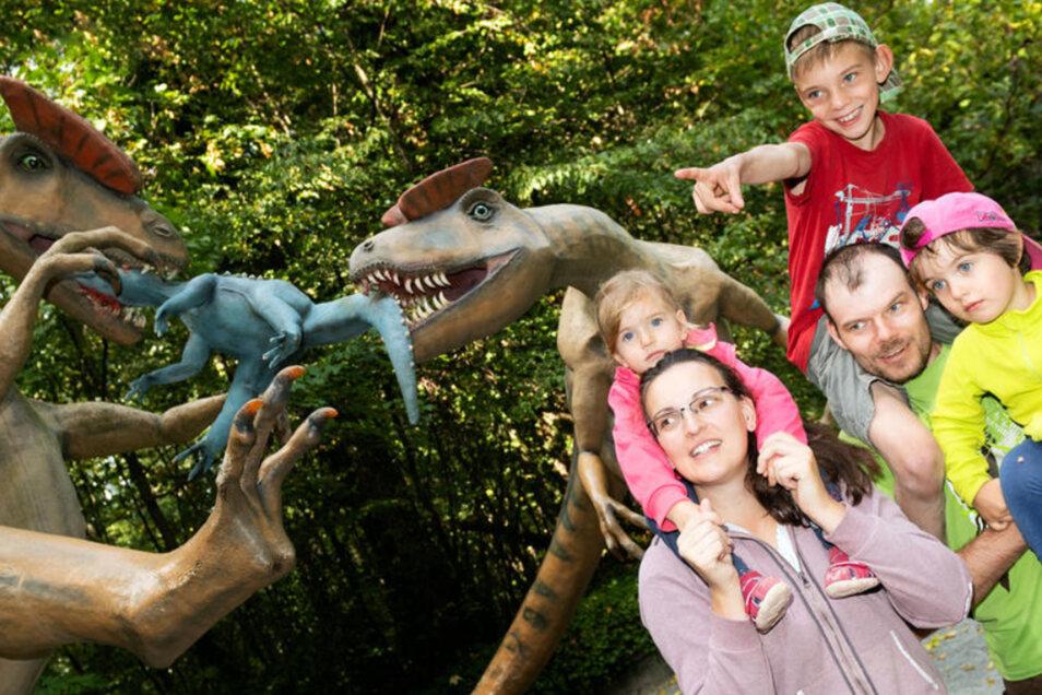 Aus Isen in Bayern kommen Kerstin und Peter Jentzsch. Mit ihren Kindern Jessie, Pepe und Celine (v.l.) besuchten sie vergangene Woche den Bautzener Saurierpark. Der entwickelt sich immer mehr zum Besuchermagneten.