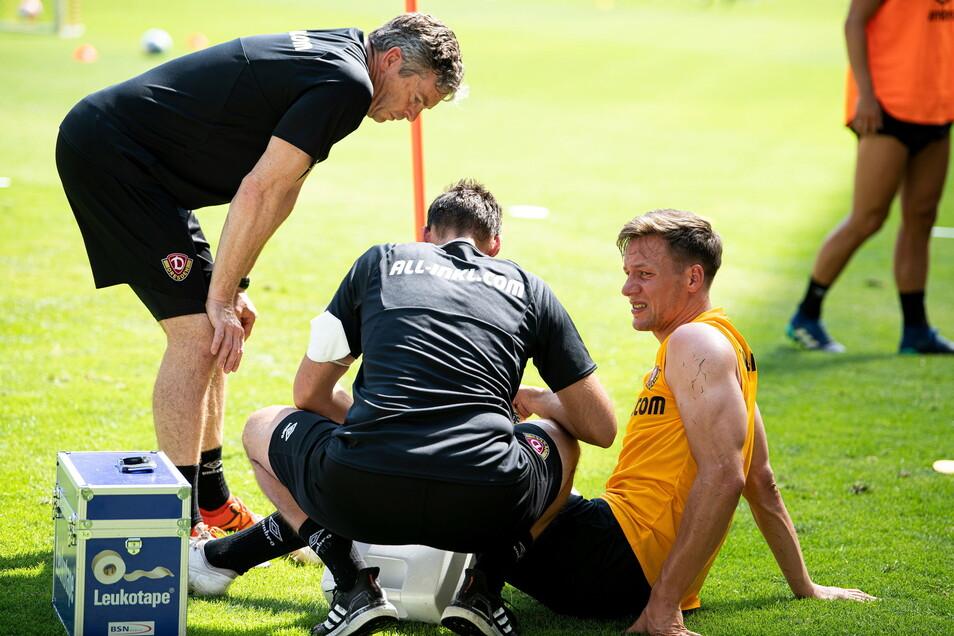 Kurzer Schreckmoment: Verteidiger Tim Knipping muss am linken Knie behandelt werden, kann aber nach kurzer Pause weitermachen.