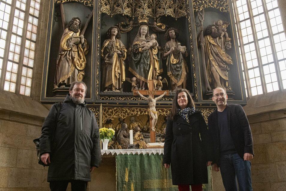 Der Pfarrer der katholischen Kirchgemeinde, Uwe Peukert (l.), und Pfarrerin Claudia Wolf sowie Pfarrer Michael Gärtner von der evangelisch-lutherischen Kirchgemeinde überlegen, wie Heiligabend unter Corona-Bedingungen in Kamenz gefeiert werden kann.