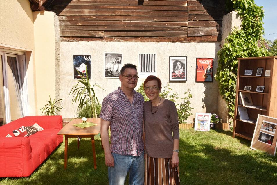 Anja und Alf Wallner verwandelten ihren Garten in der Elsterheide in ein Wohnzimmer - u. a. mit Plakaten und eigenen Fotos von Ausstellungen in halb Europa.