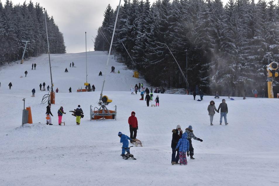 Blick auf den Skihang in Altenberg am Sonntag. Die weiße Pracht lockte viele Besucher an.