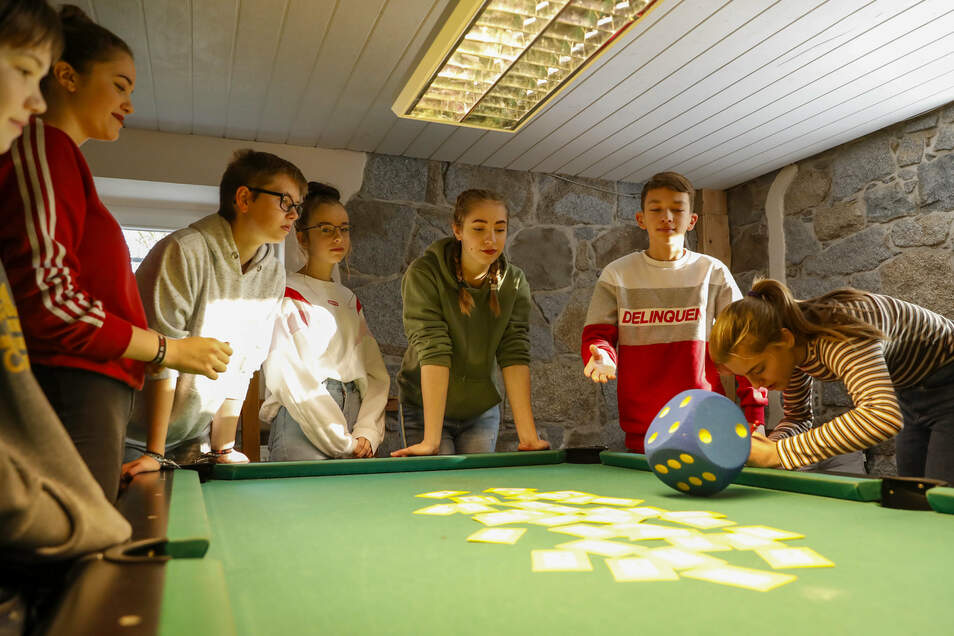 Jugendliche der Pestalozzi-Schule aus Löbau haben an der Station gewürfelt. Dabei ging's um Fragen und Antworten zum Thema Aids.