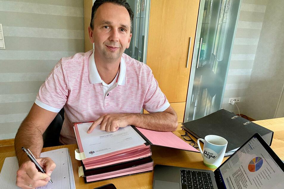 Laptop, Akten - und viel Kaffee: Riesas Oberbürgermeister Marco Müller an seinem Homeoffice-Arbeitsplatz.
