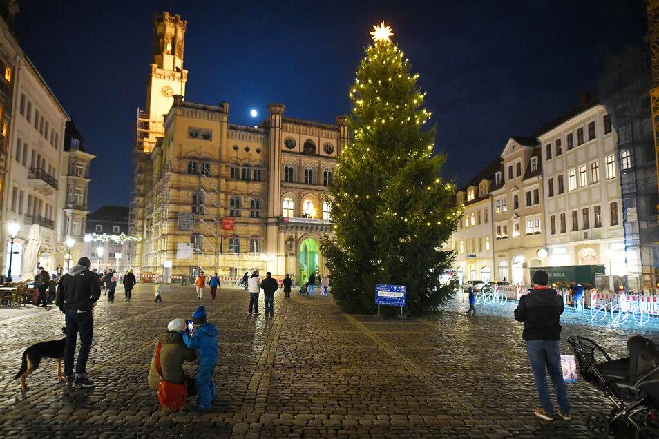 Blick auf den Weihnachtsbaum mit dem Herrnhuter Stern an der Spitze. Kurz nach 17 Uhr gab Oberbürgermeister Thomas Zenker das Zeichen und zählte bis drei. Dann ging die Weihnachts-Beleuchtung dort und überall in der Innenstadt an.