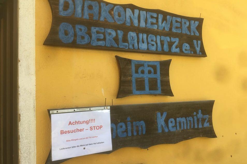 An der Tür des Wohnheims in Kemnitz gibt's eine Warnung für Besucher und Lieferanten.