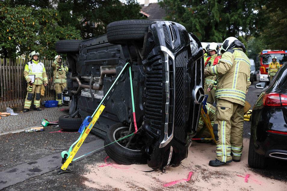 Die Dresdner Feuerwehr stabilisierte den SUV, um die eingeklemmte Person zu retten.