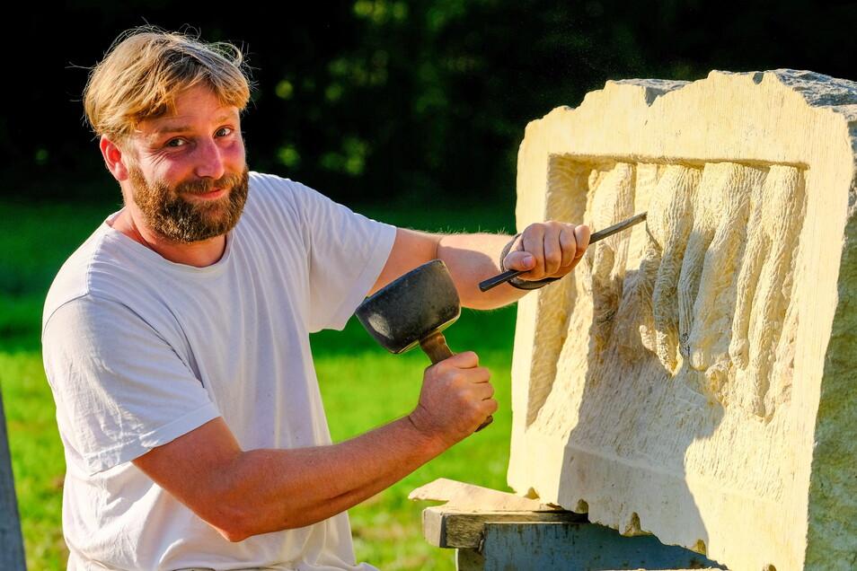 Georg Meinhardt: Er entwickelt in fünf Zentimeter Tiefe im Sandstein ein Relief. Pferdebeine einer Herde sind zu erkennen.