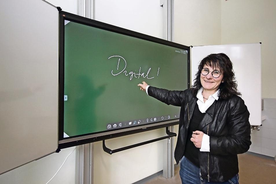 Schulleiterin Kerstin Wilde zeigt die neue Tafel im Physikkabinett. Geschrieben wird mit dem Zeigefinger statt mit Kreide.