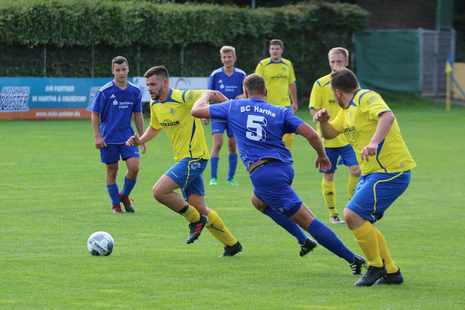 Die Ostrauer (gelbe Trikots) waren für die Harthaer nur schwer zu stoppen. In dieser Szene zeiht Sandro Antony mit Ball am fuß davon, Rico Queck (Nummer 5) will hinterher.