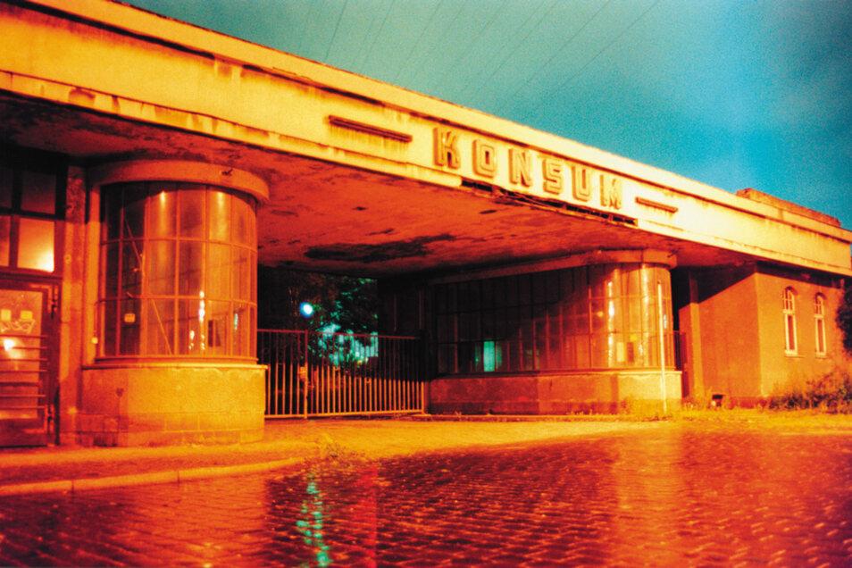 """Ende der 1990er-Jahre illegal abgerissen: Das denkmalgeschützte Hauptportal des Konsumvereins """"Vorwärts"""", der seinen Hauptsitz in der Rosenstraße hatte. Heute eine betonierte Zufahrt."""