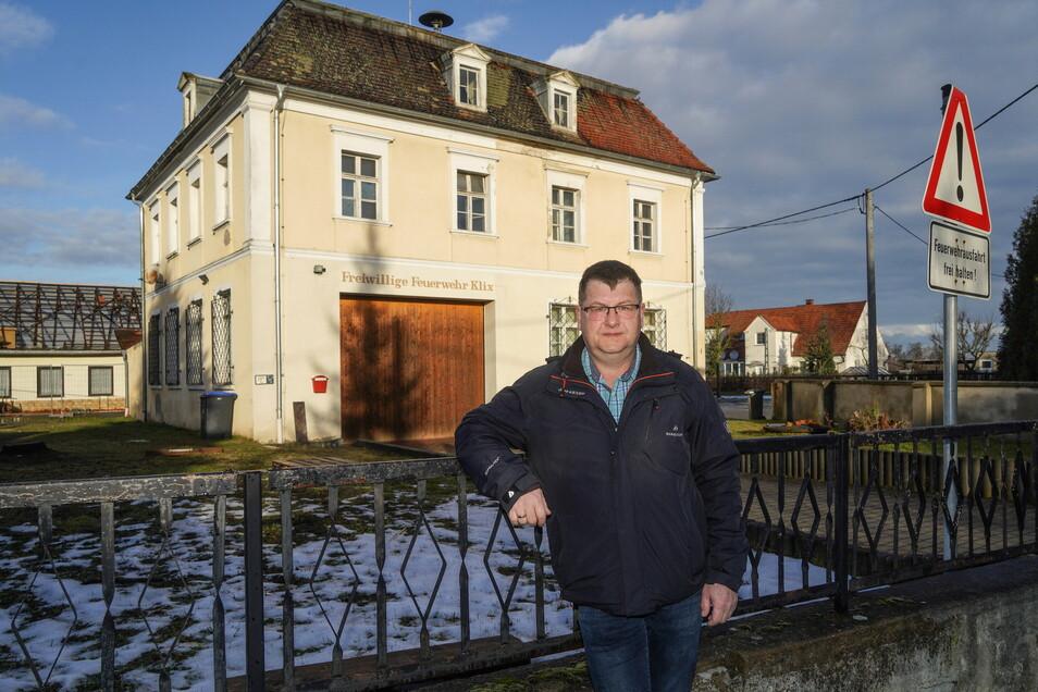 Weil die alte Schule in Klix als Standort für die Feuerwehr den heutigen Ansprüchen nicht mehr genügte, entschied sich Großdubraus Gemeinderat unter Leitung von Bürgermeister Lutz Mörbe für deren Abriss.