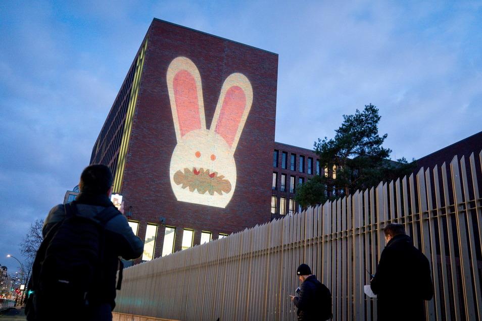 Ein Hase ist auf der Fassade der Zentrale des Bundesnachrichtendienstes  zusehen: Der BND startet mit dieser Aktion eine Kampagne zur Einstellung von Hackern.