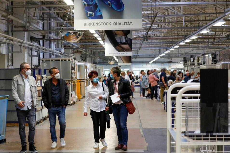 30 Jahre Birkenstock in Bernstadt: Das Unternehmen hat sich vor allem in den vergangenen acht Jahren stark verändert - vor allem mit Blick auf die Arbeitsabläufe. Effektivität und Produktion in Linien sind jetzt Normalität. Viele Mitarbeiter brachten zum Jubiläum ihre Familien mit, um ihnen ihren Arbeitsplatz zu zeigen.