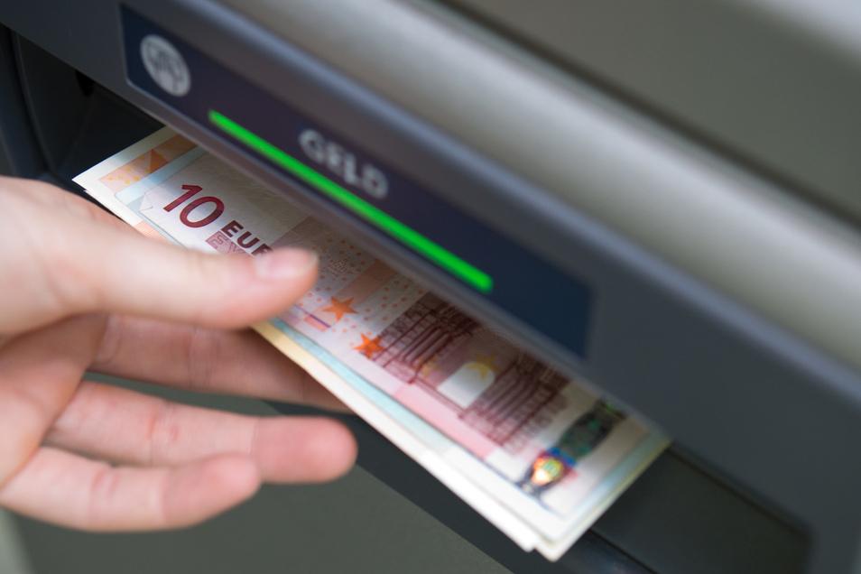 """Als """"Konto für Jedermann"""" soll das Basiskonto auch Menschen ohne geregeltes Einkommen offenstehen. Einige Banken lassen sich das teuer bezahlen."""