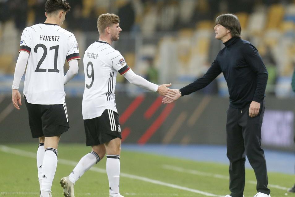 Kai Havertz, Timo Werner und Joachim Löw feiern den Auswärtserfolg.
