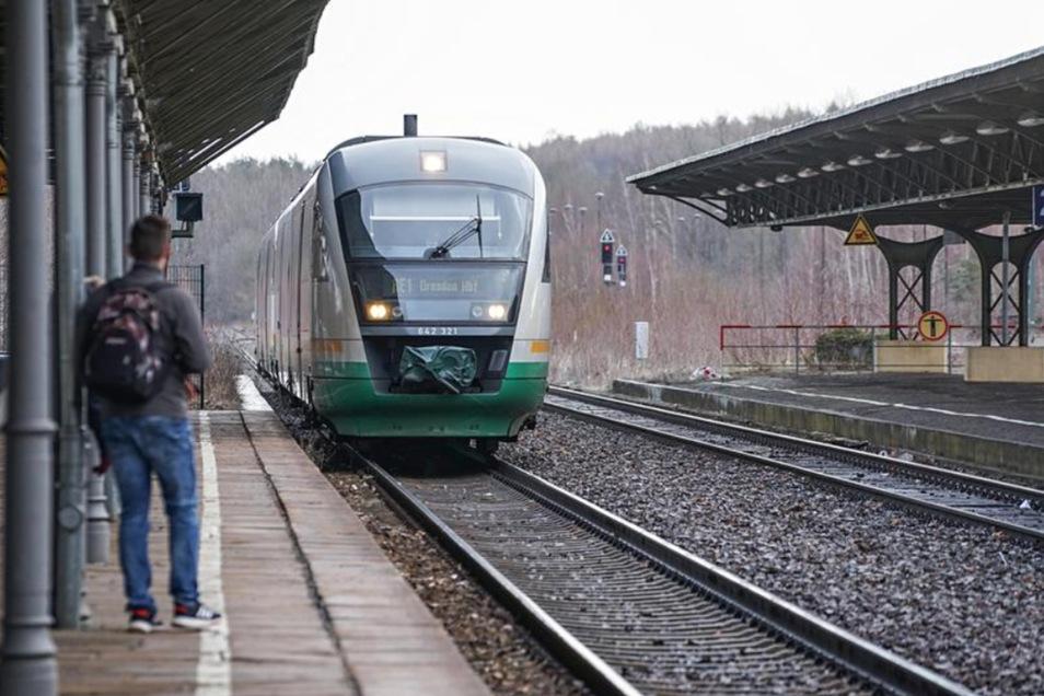 Diesel noch bis etwa 2029: Ein Zug fährt in Bischofswerda ein.