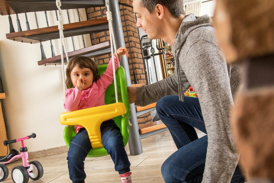 Die Kinder sollen jetzt wieder zu Hause bleiben. Wer als berufstätiger Elternteil für die Betreuung eingespannt ist, hat Anspruch auf Entschädigung.